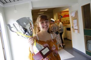 Paula Sjöberg fick ta hand om trofén till stråkklassen på konservatoriet som vann Konservkampen.