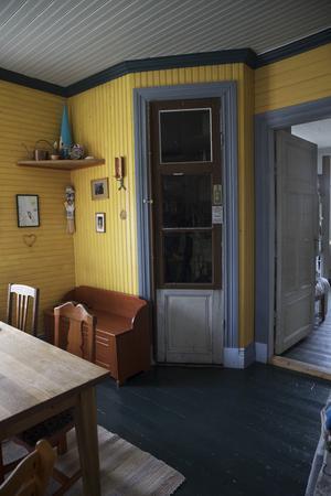 I köket finns en gammal ursprungsdörr från när lanthandeln användes.
