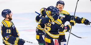Mikael Ahlén, Sebastian Dyk, Nicolai Meyer och Marcus Oskarsson firar ett mål mot Tingsryd. Foto: Bildbyrån.