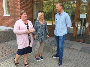 Anna Almberger och Marie Johansson på Gröndalsskolan diskuterade med Calle Gustafsson från stiftelsen Friends, efter utbildningsdagen.