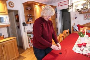 I Horndal är både hemmet och Maria själv pyntad i rött när julen är på ingång.