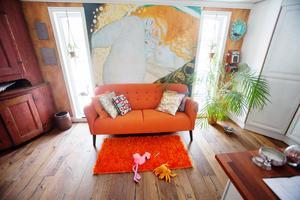 Gustav Klimt på väggen och hälsingeskåp i hörnet.