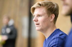 Eric Björkander magnetröntgade sitt knä förra veckan och fick besked att han skulle bli borta en längre tid. Men under fredagen hoppas han träna fotboll med laget.