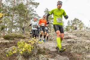 Damvinnaren finska elitlöparen Heini Wennman på väg förbi en herrtrio som slutade runt 20:e plats – Magnus Lindfors, Iksu längdskidor (750), Johan Albertsson, samma klubb (753) samt Magnus Näsman, Bergeforsen (752). Bild: Martin Edholm.
