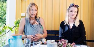 Hanna Wintje (med sonen Ruben i bärsjal) och Josefine Norlin är kritiska till hur barn- och ungdomshabiliteringen i Gävleborg fungerar. Foto: Anna Bagge