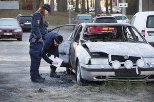 Polisen som undersöker bilvraket på Glimmervägen.