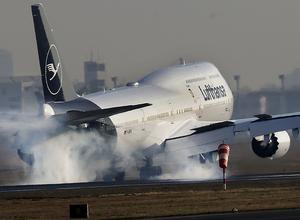 Lufthansas kabinpersonal står inför en strejk. AP Photo/Michael Probst.