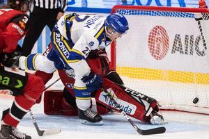 Sebastian Wännström fintar elegant bort Oscar Alsenfelt och sätter 3–2. Målet var forwardens 50:e totalt i den högsta ligan. Foto: Daniel Eriksson/Bildbyrån