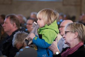 Ruben Pärlsjö, två år, kom med gosedjuret och farmor Karin Robertsson till konserten i Trefaldighetskyrkan. Foto: Lennye Osbeck