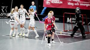 Anna Wijk, Johanna Hultgren och Amanda Hill på väg av planen efter Pixbos avgörande mål i förlängningen.