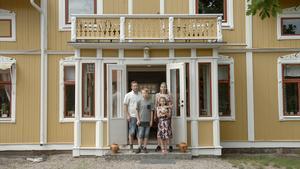 Familjen Hörnstedt poserar utanför sitt 1800-talshus i Möklinta. I kväll kan du ser mer av familjen och huset i tv-programmet