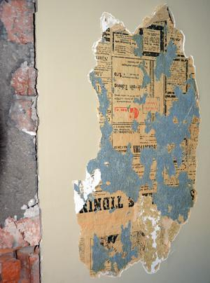 Ett uppklistrat tidningsklipp på en av väggarna i den gamla anstalten.