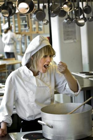 Lagom salt, lite sött av löken och med tomatkänsla. Moa Jacobsson provsmakar dagens rätt: Korv Stroganoff.BILD: HÅKAN EKEBACKE