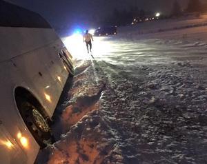 Bussen kanade av vägen i halkan och blåsten. Foto: Polisen.