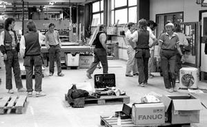När Ragnvald Jonsson började på Forsbergs snickerier 1953 var det bara han och en till snickare anställd. Företaget blev senare FIBA-Dörren, där Ragnvald tagit den här bilen. Arbetsdagens slut, maj 1989.Foto: Ragnvald Jonsson