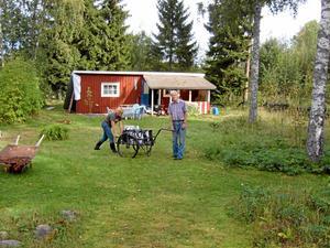 Då. En liten sommarstuga på 27 kvadrat i behov av upprustning. På bilden Renée och mammans särbo Bengt Juvel.
