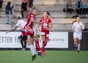Match i damallsvenskan mellan Rosengård och Piteå i våras. Piteås Selina Henriksson i rött mot Rosengårds Anja Mittag. Foto: TT