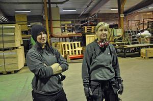 Systrarna Malin och Catharina Pettersson mister båda sina jobb på lådfabriken. Efter uppsägningarna finns det inte längre några kvinnor på golvet.