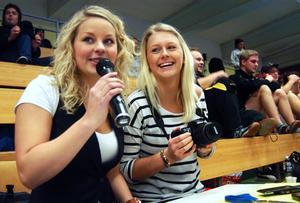 Elin Viitanen och Hanna Larsson ansvarar för innebandyturneringen Nattbollen som dessutom ska redovisas som ett skolprojekt.