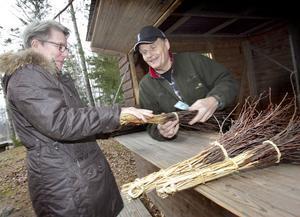 Gerd Olsson från Gårdsmyra i Bjuråker tycker att det behövs en kvast när det blir snö och köper en av Bengt Eriksson.
