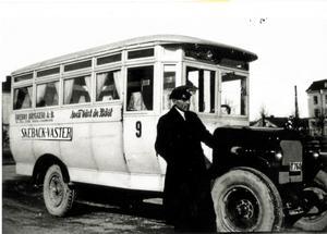 """Tag plats! Snart går bussen i riktning mot Skebäck. Bussen hade linjesträckningen Skebäck-Väster. Bussen är av fabrikat Stewart, 1924 års modell och karossen av modell Hjärsta. Den hade en 43 hästkrafters motor, och 23 passagerare kunde knö in sig i bussen, berättar Lars Åke Karlsson. Kolla in reklamen på sidan, loggan Örebro Bryggeri AB, och så budskapet """"Svea växt är bäst"""". Även förr i tiden drog man in en och annan krona på att sälja reklamplats på fordon. Bilden är tagen vid Västra Mark."""