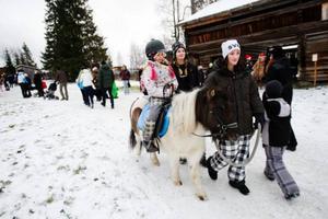 Emma Svendsen från Mattmar passade på att rida häst på Jamtlis julmarknad.