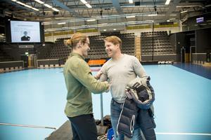 Efter föreläsningen kom Andreas Dackell, en annan professionell hockeyspelare, fram och hälsade på Jonathan Hedström och tackade.