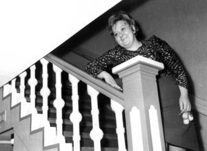 1973 renoverades gamla hotell Norrgård i Föllinge upp. Det enda som finns kvar av det gamla hotellet är ledstången i trappan som Berna Wiklund lutar sig mot, skrev ÖP.
