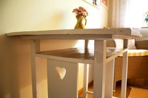 Bordet i ett av gästrummen har Birgittas morfar gjort. Det har Sanna fått men eftersom hon inte har plats för den just nu lånar Birgitta det.