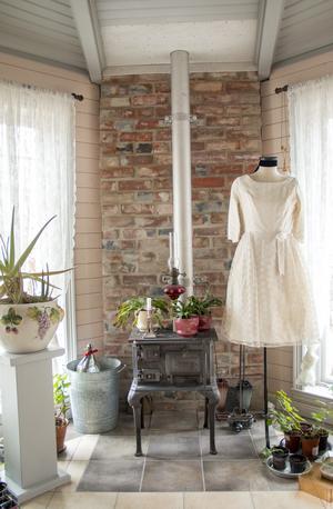 En söt brudklänning från 60-talet pryder parets inglasade uterum.