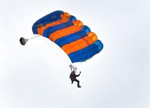 En fallskärmshoppare avled efter ett hopp vid Johannisbergs flygfält. (Hopparen på bilden är inte den hoppare som nämns i artikeln.)