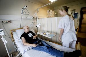 Nästa rond mot cancersjukdomen - Tom Nilsson får hjälp av Sofia Kalm på onkologmottagningen.