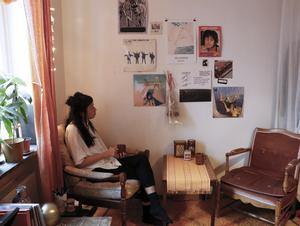 På väggen har Emmelie konst och annat som hon fått av vänner.