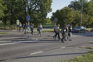 """Skoleleverna får inte längre åka med bussen in i """"rundeln"""" vid Sporthallen och Kyrkskolan. Eleverna från bland annat Nyhammarsområdet väljer att stiga av vid rondellen och därefter gå över två starkt trafikerade vägar."""