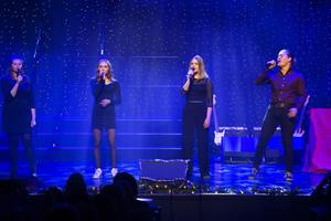Jasmine Bulander, Nova Karlsson, Alma Felländer och Erik Starfelt i ett av kvällens nummer.