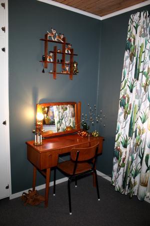 I sovrummet har Johanna ett sminkbord i teak. I hyllan ovanför står hennes samling med porslinsrådjur.