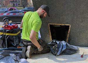 Genom en lucka på baksidan av konstverket kan betongen undersökas och tas bort.