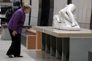 Angela Merkel tittar på en staty under firandet av 100-årsdagen av avslutningen av första världskriget. Merkel är den verkliga ledaren för Europeiska unionen, skriver Cecilia Wikström.