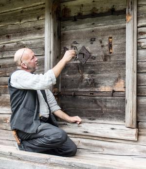Härbret med de sju låsen, ett resultat av uppfinnarglädje. Jan-Åke Karlsson visar hur man måste ta låsen i exakt rätt ordning, annars går det inte.
