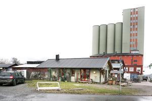 I november 2011 fanns en stor lada med loppisprylar och en grön, liten byggnad med blomsterbutik närmast Roslagsgatan.