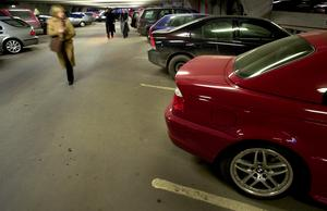 Bilarna blir större och bredare- samtidigt blir parkeringsplatserna mindre, skriver Jorge Castro. Foto: TT