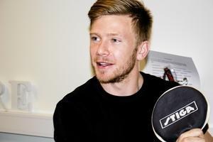 Stefan Edberg på Kidsbrandstore, där han är lagerchef. Även i pingisrummet är tävlingsinstinkten intakt.