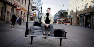 Joacim Berge från Södertälje är 25 år gammal, men är redan en erfaren entreprenör. Just nu bor han i Stockholm men längtar tillbaka till Södertälje.