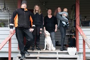Hela familjen Reinikainen Sandström utanför huset i Norråker.