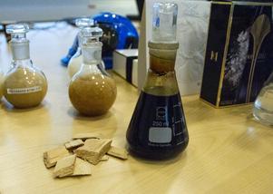 När flisen läggs i lut separeras träfibrerna ut och kan användas till kartong. Kvar blir svartlut, en blandning av lut och lignin – den energirikaste delen av träet. I brukets sodapanna förbränns ligninet medans lutet skiljs av och återanvänds. Detta är huvudskälet till att Iggesunds bruk kunnat minska utsläppen av koldioxid rejält de senaste åren.
