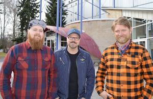 Pontus Dahlin, Per Hed och Peter Wetterberg utgör hälften av personalstyrkan så här i starten av Fryshusets etablering i Borlänge. Inom kort är Cozmoz-skylten ersatt med Fryshusets skyltar.