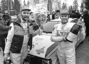 Stig Blomqvist och kartläsaren Björn Cederberg firar efter segern i Svenska rallyt 1984. Arkivbild: Stig Nyström