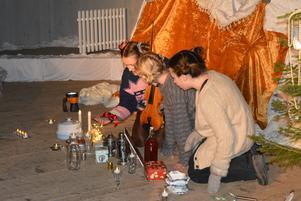 Knytten får smaka på julmaten som Muminfamljen har satt fram till Julen.