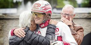 Per Linderoth har precis vunnit Jämtlands Stora Pris med Västerbo Highflyer och gratuleras av sina föräldrar Ann-Cristin och Bertil.