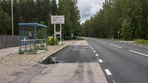För att komma till busskuren behöver flera skolbarn korsa vägen där man får köra 80 km/h.